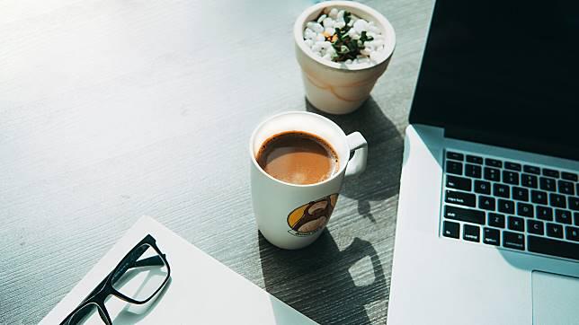 不少人都需要以咖啡提神來應付工作,但如果咖啡因會影響睡眠質素,就少飲為妙。