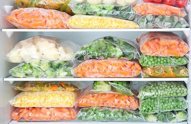 ▲透明夾鏈袋除可用來分裝食材,還能整齊收納衣物、飾品、充電線。(圖/信義居家提供)