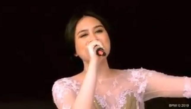 Andrea Turk saat menyanyikan lagu Tanah Airku saat Upacara HUT Kemerdekaan RI di Istana Negara, Sabtu 17 Agustus 2019. Instagram