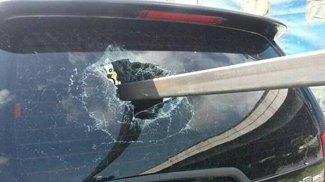 Toyota Avanza tertusuk batang besi. (Facebook)