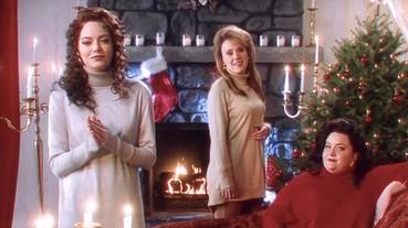 可能是 Emma Stone 畢生最老土的表演!女神頂着 90 年代大捲髮唱聖誕歌,不費力就瞬間爆紅了!