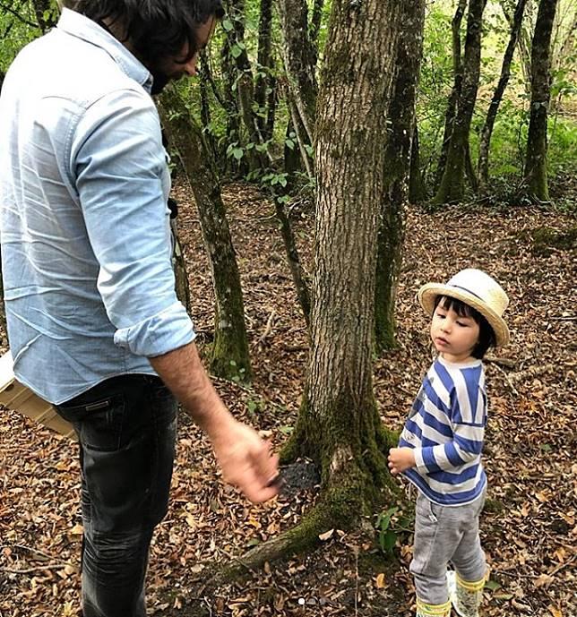 大仔Jacques和爸爸一起採摘野菇。ig