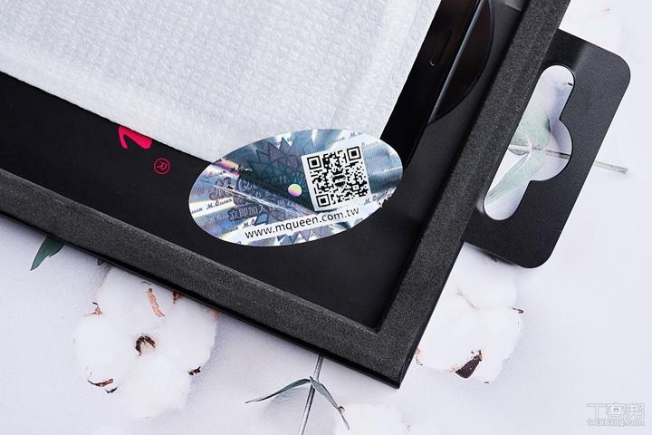 包裝內的防偽標籤貼在保護貼的封套外,可以確保購買的新品是膜法女王正版商品。