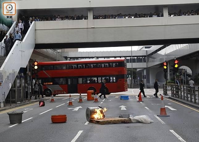 有示威者焚燒雜物,畢打街被封。(黃偉邦攝)