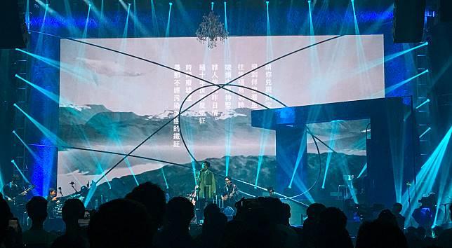 唱到《目黑》時,背景出現《雷克雅未克》的一段歌詞,讓人聯想起《羅生門》三部曲。