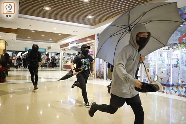 PopCorn有示威者一度以為有防暴警到場,快速逃離。(李志湧攝)