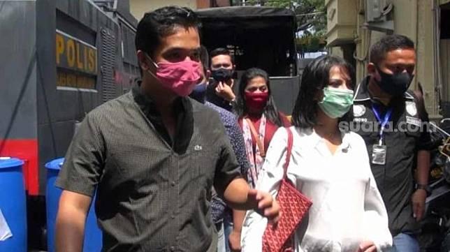 Vanessa Angel yang tengah hamil (mengenakan baju putih) dan suami, Bibi Ardiansyah menjalani pemeriksaan di Polres Jakarta Barat, Rabu (8/4/2020) dalam kasus narkoba. [Herwanto/Suara.com]