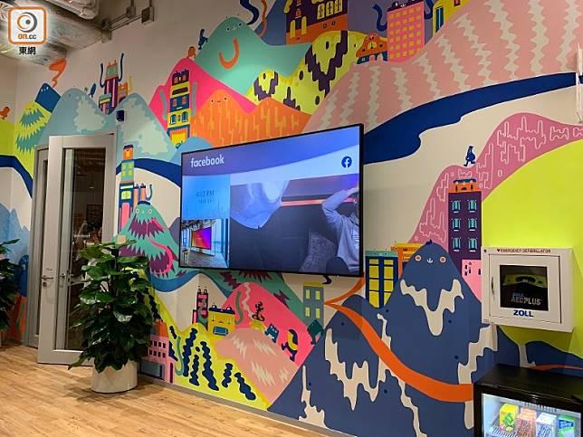 牆壁由香港藝術家設計,畫有維港摩天大樓及新界山丘。(陳志滔攝)