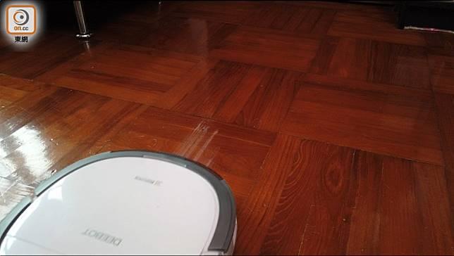 Slim 11能順利拖走約九成牛奶,地板只留下淺淺牛奶漬,要來回幾次清理。(張錦昌攝)