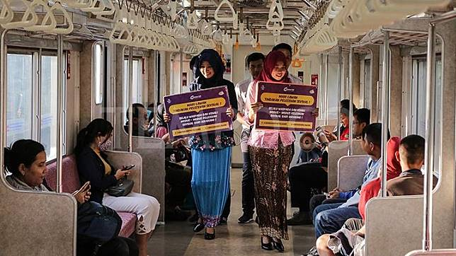 Petugas berkebaya melakukan sosialisasi tentang pencegahan pelecehan seksual di transportasi publik di dalam KRL, Jakarta, 2 April 2017. Kegiatan ini bertema