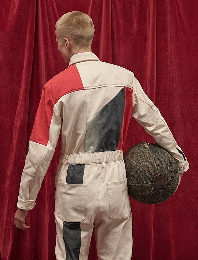 外套、連身工作褲和褲子皆採用了獨特棱角裁剪的拼接處理。(互聯網)