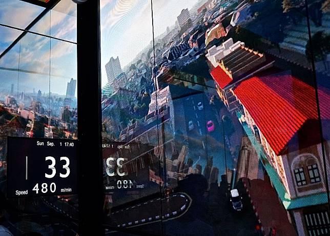 地面直達74樓的鏡面升降機最高時速達每分鐘480米,只須50秒便可登上74樓。(單身旅子攝)