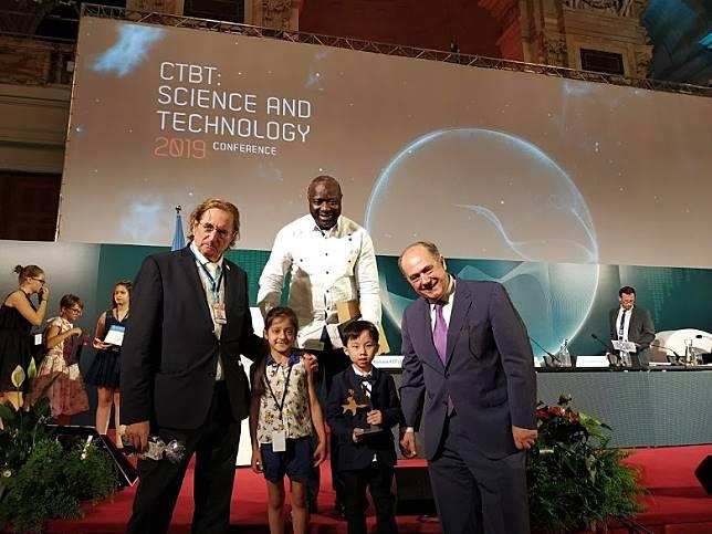 梁衎然(右二)於「聯合國和平繪畫比賽」奪得初級組全球冠軍。(創意學堂提供)
