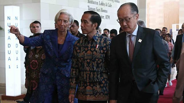 Presiden Joko Widodo (tengah), Direktur Pelaksana IMF Christine Lagarde (kiri) dan Presiden Grup Bank Dunia Jim Yong Kim (kanan) berjalan menuju lokasi Rapat Pleno Pertemuan Tahunan IMF - World Bank Group 2018 di Bali Nusa Dua Convention Center, Nusa Dua,