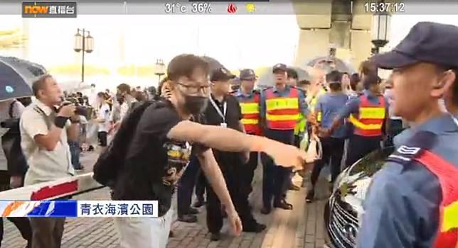 示威者包圍聶德權汽車阻止離開。NOWTV截圖