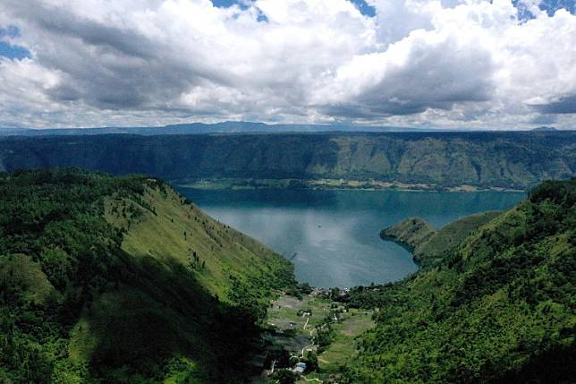 This aerial picture taken on April 4 2019 shows Indonesia's Lake Toba, from Sigapitan, which covers some 1,707 square kilometers of North Sumatra, nearly twice the size of Singapore, the lake formed by a gigantic volcanic eruption some 70,000 years ago is the largest resurgent caldera on Earth.