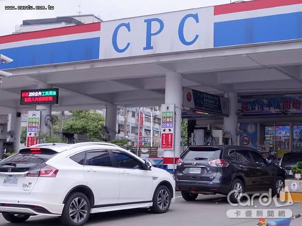 國內油價連3週下跌,本週起汽油每公升調降0.3元,柴油0.4元,累積跌幅已達0.8、0.9元(圖/卡優新聞網)