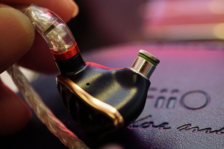 除下耳塞即可看到濾波器,用手轉開即可拆卸。
