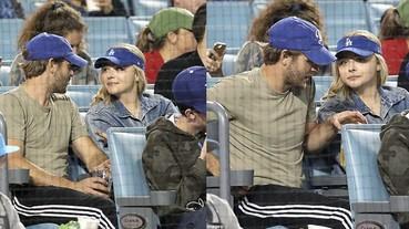 走出陰霾?克蘿伊摩蕾茲與神秘帥氣男子相約看棒球賽!