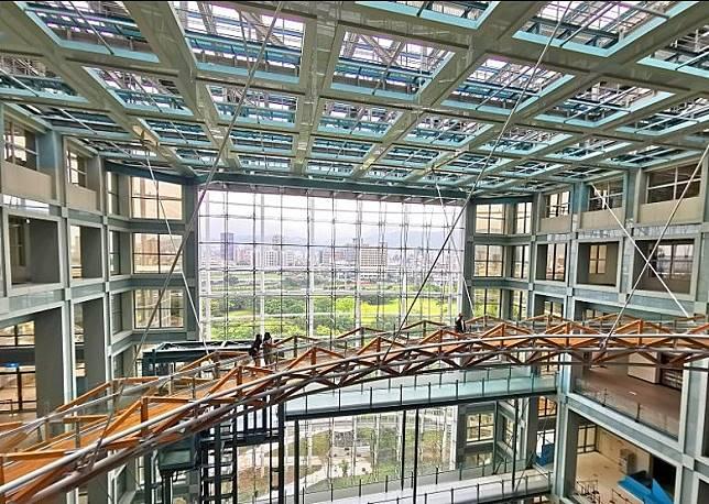 漫步在科教館的最高處,透過大玻璃眺望遠方的基隆河岸。(互聯網)