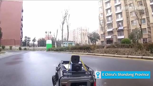 จะไม่ออกจากบ้าน! สาวจีนหัวใสใช้ 'จี๊ปบังคับ' ขับไปซื้อของ ป้องภัยโควิด-19