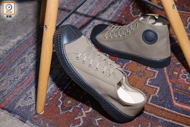 前:ZDA Czech Army Trainer Sneakers/後:Hi Top Sneakers(胡振文攝)