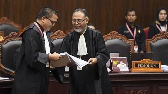 Kuasa hukum Capres - Cawapres nomor urut 02 selaku pemohon Bambang Widjojanto (kanan) dan Denny Indrayana (kir) mengikuti sidang perdana sengketa Pilpres 2019 di Mahkamah Konstitusi, Jakarta, Jumat (14/6/2019). (Antara)