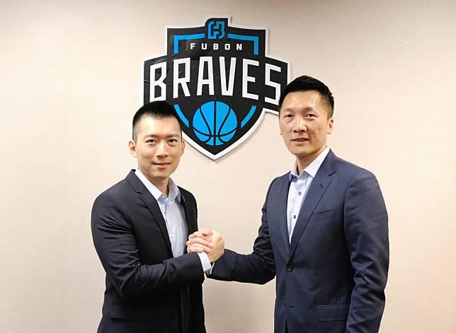 富邦勇士宣布與總教練完成續約,富邦育樂總經理蔡承儒及總教練許晉哲合影