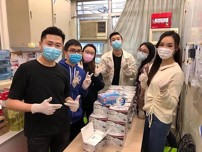 鄧以婷同一班好友戴晒手套分配口罩,非常衞生。