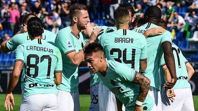 Para pemain Inter Milan merayakan gol penyerang Lautaro Martinez (tengah) ke gawang Sassulo dalam laga Liga Italia 2019/2020 di Mapei Stadium - Citta del Tricolore, Reggio Emilia, Minggu (20/10/2019) malam WIB. [Miguel MEDINA / AFP]