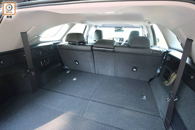 將第三排座椅收摺後,可換來更大的尾箱載物空間。(盧展程攝)