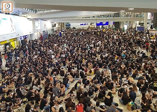 網民早前曾在機場集會,癱瘓機場。
