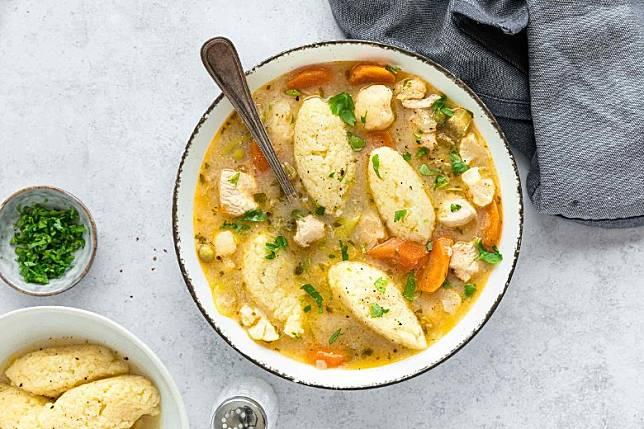 餃子麵糰索滿雞湯的味道,再配雞肉和蔬菜,美味又飽肚。(互聯網)