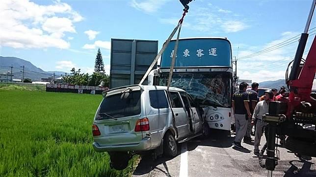 台東休旅車撞公車 姊妹不治6人輕傷