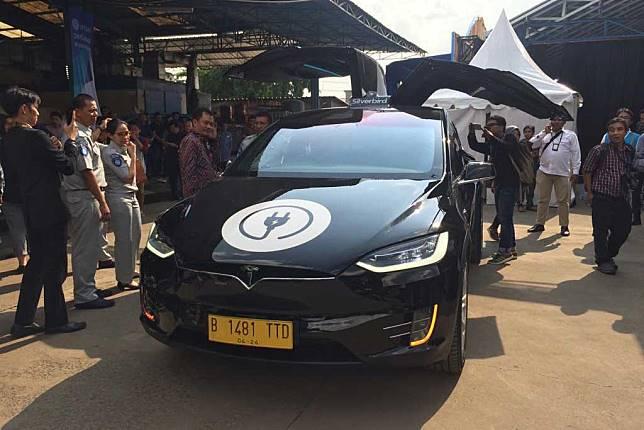 Wah, Blue Bird Gunakan Tesla Model X dan BYD e6 Jadi Taksi