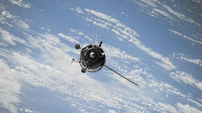 Ilustrasi satelit di luar angkasa