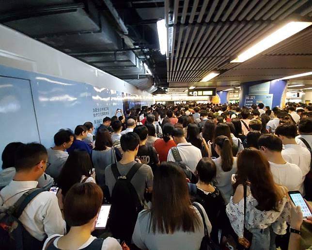 金鐘站迫滿等車市民。