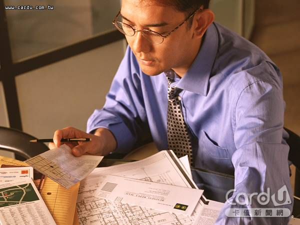衡量投入工作的時間與獲得的報酬,88.9%上班族「不滿意」現在的工作薪資創6年新高(圖/卡優新聞網)