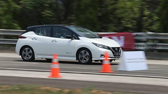 Sejumlah jurnalis mengendarai mobil listrik Nissan LEAF saat media test drive di Bridgestone Test Course, Karawang, Jawa Barat, Senin (9/9/2020). Sebagai ilustrasi KBL Nissan [Suara.com/Arya Manggala]