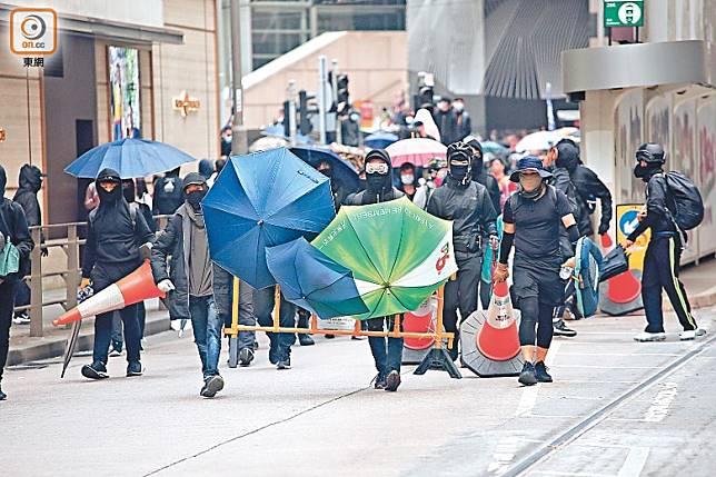 中環:示威者在馬路築起傘陣與警方對峙。(袁志豪攝)