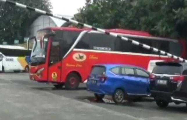 Suasana pool bus DAMRI di Kemayoran, Jakpus, sepi penumpang sejak Kamis (6/5/2021). (Foto: inews.id)