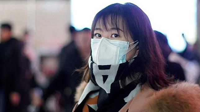 A passenger wears a mask at Shanghai railway station in Shanghai, China January 22, 2020. China is putting on lockdown a city of 11 million people considered the epicenter of the new coronavirus outbreak that has killed 17 and infected nearly 600 people, as health authorities around the world work to prevent a global pandemic. REUTERS/Aly Song