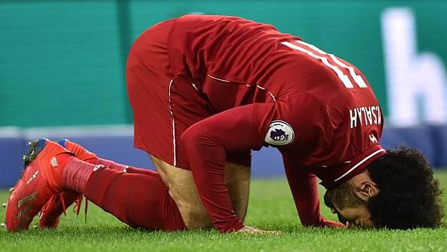 Gelandang Liverpool, Mohamed Salah, sujud merayakan gol yang dicetaknya ke gawang Brighton. (AFP/Glyn Kirk)