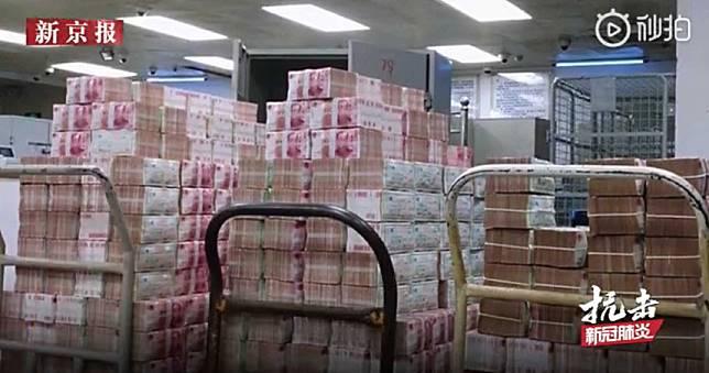 近300億現金遭「消毒隔離」 陸網友暴動:我不怕髒全給我