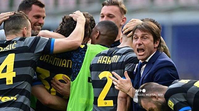Pelatih Inter Milan Italia Antonio Conte (kanan) bereaksi setelah Inter membuka skor pada pertandingan sepak bola Serie A Italia Inter Milan vs Hellas Verona pada 25 April 2021 di stadion San Siro di Milan. MIGUEL MEDINA / AFP