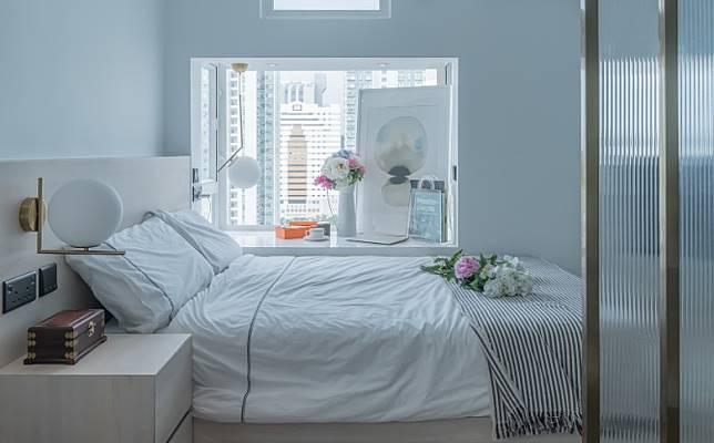 窗台簡單置放畫作、花束,貫徹一室簡約風的同時,亦添上點點色彩。(受訪者提供)