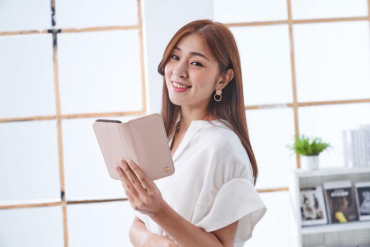 玫瑰粉色的Overture 磁吸可拆式卡夾型皮套,很適合女生使用,皮革紋路的高感質,配上淡雅的粉色,即時尚又不失柔美風格。