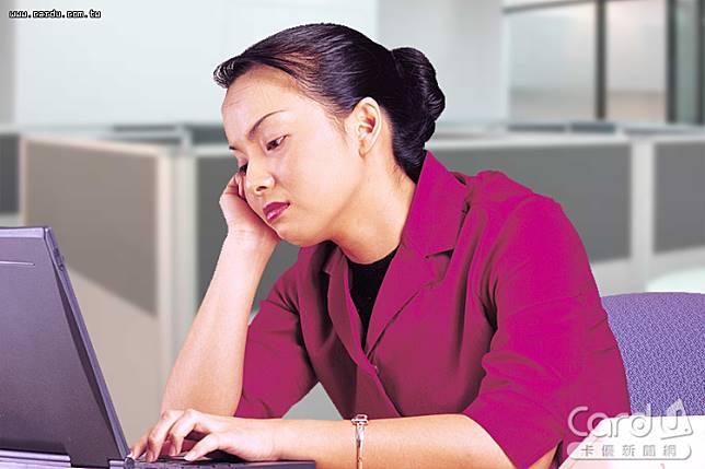 工時過長、薪水過低,超過8成上班族覺得工作勞苦,產生身體不適狀況,萌生離職念頭(圖/卡優新聞網)