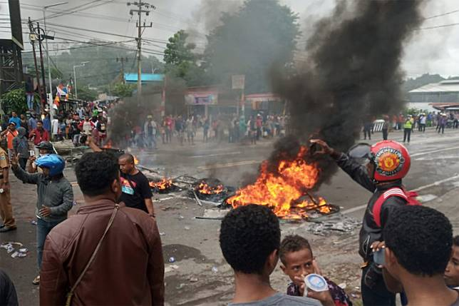 Rioting broke out in Manokwari, West Papua, on Monday as local people, comprising mostly university students, protested against the recent case of racial abuse of Papuan students in East Java.