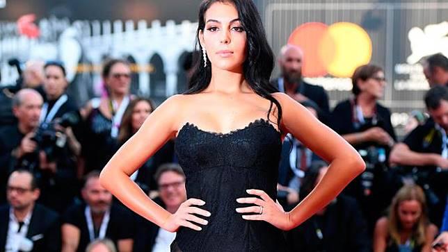Seksinya Kekasih Cristiano Ronaldo di Karpet Merah Festival Film Venice